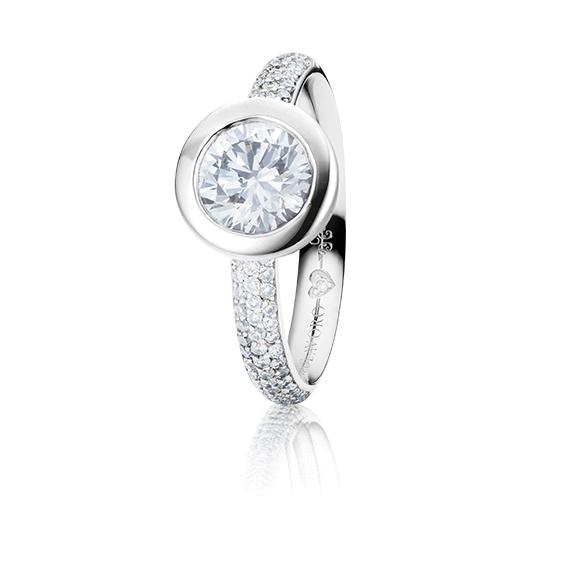 "Ring ""Diamante in Amore"" 750WG Zargenfassung mit Pavé, 1 Diamant Brillant-Schliff 0.80ct TW/vs1 GIA Zertifikat, 62 Diamanten Brillant-Schliff 0.40ct TW/vs1, 1 Diamant Brillant-Schliff 0.005ct TW/vs1"