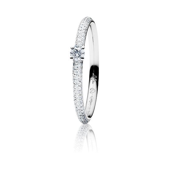 """Ring """"Diamante in Amore"""" 750WG 4-er Krappe-Pavé, 1 Diamant Brillant-Schliff 0.10ct TW/vs1, 104 Diamanten Brillant-Schliff 0.20ct TW/vs1, 1 Diamant Brillant-Schliff 0.005ct TW/vs1"""