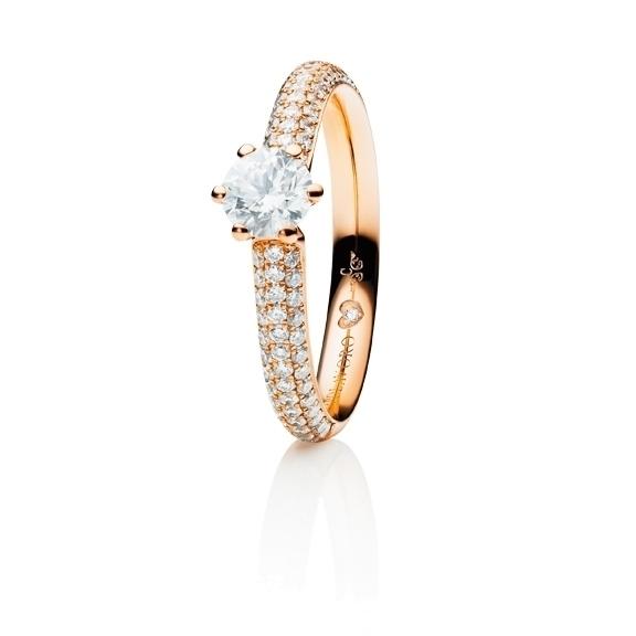 "Ring ""Diamante in Amore"" 750RG 6-er Krappe-Pavé, 1 Diamant Brillant-Schliff 1.00ct TW/vs1 GIA Zertifikat, 62 Diamanten Brillant-Schliff 0.70ct TW/vs1, 1 Diamant Brillant-Schliff 0.005ct TW/vs1"