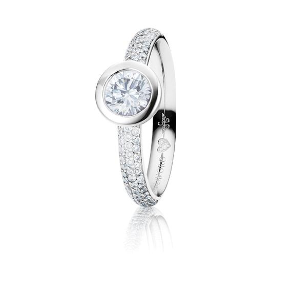"Ring ""Diamante in Amore"" 750WG Zargenfassung mit Pavé, 1 Diamant Brillant-Schliff 0.60ct TW/vs1 GIA Zertifikat, 68 Diamanten Brillant-Schliff 0.47ct TW/vs1, 1 Diamant Brillant-Schliff 0.005ct TW/vs1"