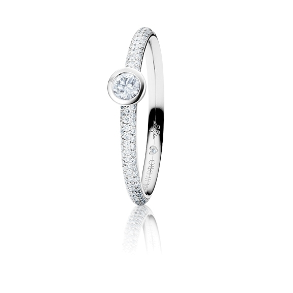 "Ring ""Diamante in Amore"" 750WG Zargenfassung mit Pavé, 1 Diamant Brillant-Schliff 0.15ct TW/vs1, 98 Diamanten Brillant-Schliff 0.20ct TW/vs1, 1 Diamant Brillant-Schliff 0.005ct TW/vs"