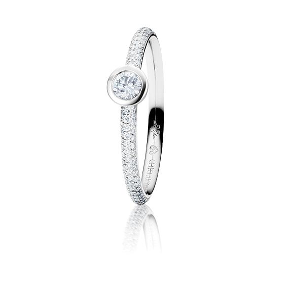 "Ring ""Diamante in Amore"" 750WG Zargenfassung mit Pavé, 1 Diamant Brillant-Schliff 0.20ct TW/vs1, 98 Diamanten Brillant-Schliff 0.19ct TW/vs1, 1 Diamant Brillant-Schliff 0.005ct TW/vs"