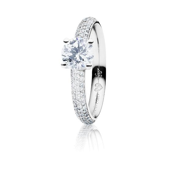 "Ring ""Diamante in Amore"" 750WG 4-er Krappe-Pavé, 1 Diamant Brillant-Schliff 0.75ct TW/vs1, GIA Zertifikat, 68 Diamanten Brillant-Schliff 0.55ct TW/vs1, 1 Diamant Brillant-Schliff 0.005ct TW/vs1"