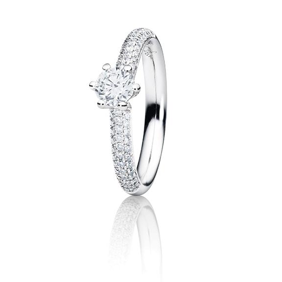 """Ring """"Diamante in Amore"""" 750WG 6-er Krappe-Pavé, 1 Diamant Brillant-Schliff 0.20ct TW/vs1, 104 Diamanten Brillant-Schliff 0.20ct TW/vs1, 1 Diamant Brillant-Schliff 0.005ct TW/vs1"""