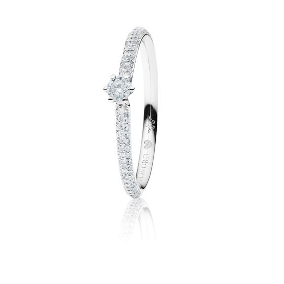 """Ring """"Diamante in Amore"""" 750WG 6-er Krappe-Pavé, 1 Diamant Brillant-Schliff 0.10ct TW/vs1, 104 Diamanten Brillant-Schliff 0.20ct TW/vs1, 1 Diamant Brillant-Schliff 0.005ct TW/vs1"""