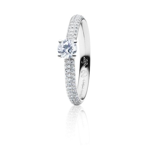 "Ring ""Diamante in Amore"" 750WG 4-er Krappe-Pavé, 1 Diamant Brillant-Schliff 1.00ct TW/vs1 GIA Zertifikat, 62 Diamanten Brillant-Schliff 0.70ct TW/vs1, 1 Diamant Brillant-Schliff 0.005ct TW/vs1"