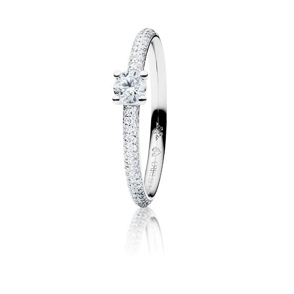 """Ring """"Diamante in Amore"""" 750WG 4-er Krappe-Pavé, 1 Diamant Brillant-Schliff 0.25ct TW/vs1, 98 Diamanten Brillant-Schliff 0.25ct TW/vs1, 1 Diamant Brillant-Schliff 0.005ct TW/vs1"""