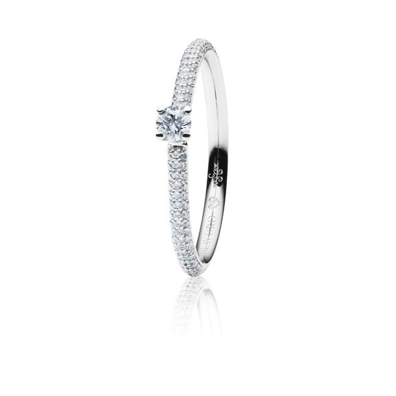 """Ring """"Diamante in Amore"""" 750WG 4-er Krappe-Pavé, 1 Diamant Brillant-Schliff 0.25ct TW/vs1, 98 Diamanten Brillant-Schliff 0.30ct TW/vs1, 1 Diamant Brillant-Schliff 0.005ct TW/vs1"""