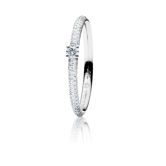 """Ring """"Diamante in Amore"""" 750WG 4-er Krappe-Pavé, 1 Diamant Brillant-Schliff 0.05ct TW/vs1, 104 Diamanten Brillant-Schliff 0.20ct TW/vs1, 1 Diamant Brillant-Schliff 0.005ct TW/vs1"""
