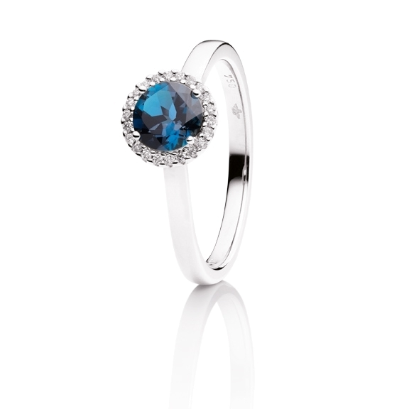"Ring ""Espressivo"" 750WG, Topas London blue facettiert Ø 6.0 mm ca. 1.00ct, 22 Diamanten Brillant-Schliff 0.06ct TW/si"